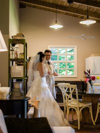 Para młoda na sali weselnej