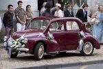 samochód ślubny wśród gości